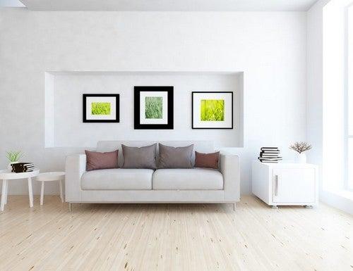 Stue med sofa og billeder på væggen