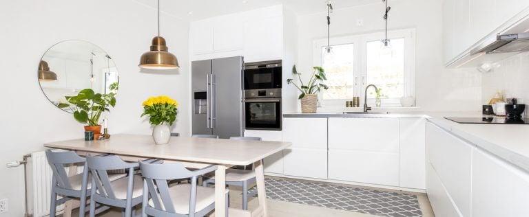 Hvidt IKEA køkken og spisebord.