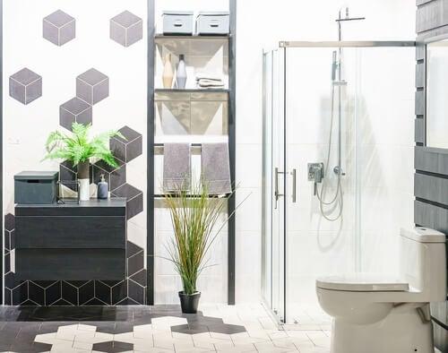Badeværelse med lys oppefra og klar brusekabine.