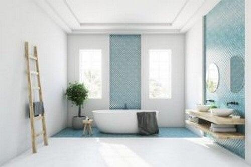 Badeværelse med malede fliser