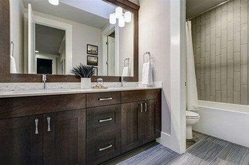 Badeværelse med brune skabe