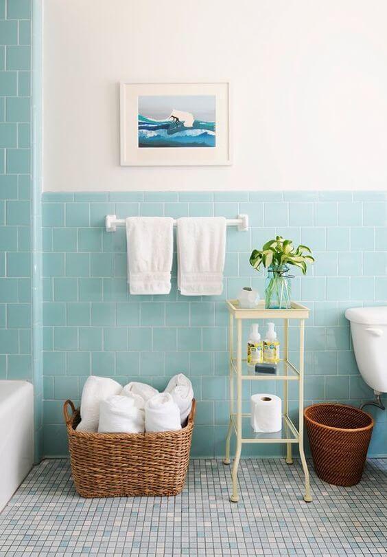 Badeværelse med flisevægge og malet sektion.
