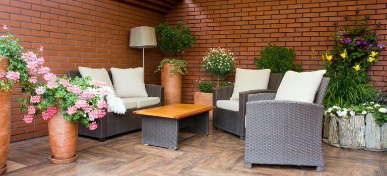 Billig boheme-terrasse med små træer og buske i potteplanter.
