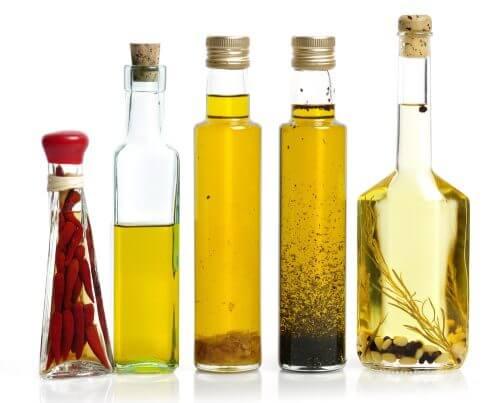 Glasflasker med olie og eddike