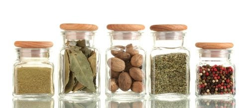 Glasflasker med krydderier og nødder