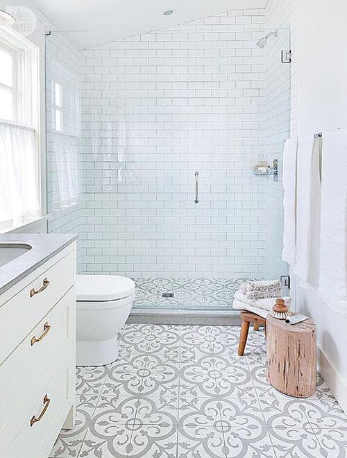 Lyst badeværelse med stor brusekabine i klart glas.