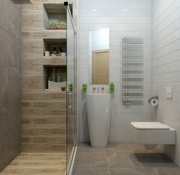 Badeværelse med bruseniche med indbyggede hylder.