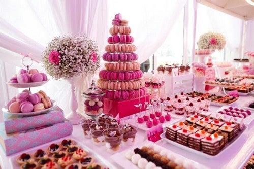 Lyserødt dessertbord