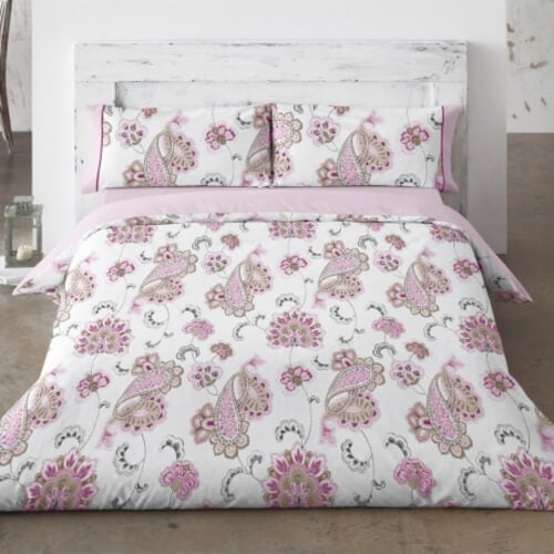 Blomstret sengebetræk.