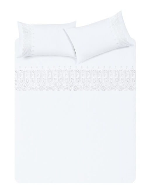 Hvidt sengetøj.
