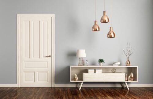 Entre med minimalistisk arrangement.