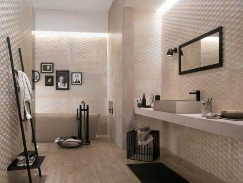 Badeværelsesfliser med relief skaber tekstur på væggen.