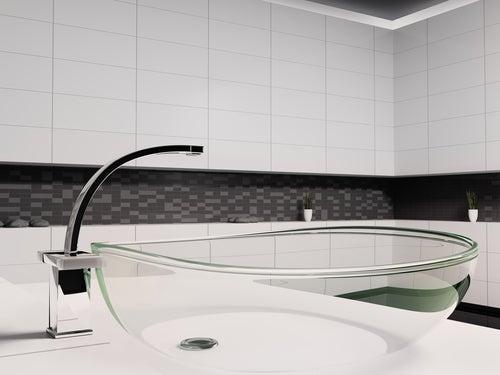 Gennemsigtig vask og vandhane med gennemsigtige dele.
