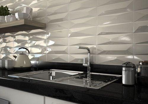 Relief fliser ved køkkenvask.
