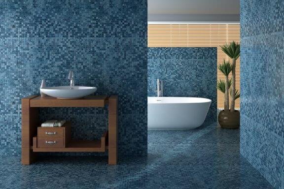 Badeværelse med mosaikvægge.