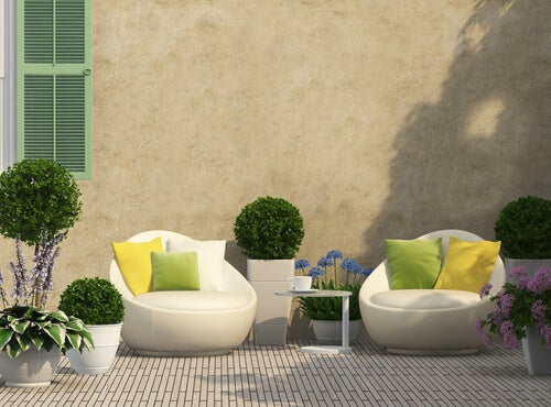 Moderne havestole og et lille bord.