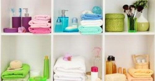 Hylder til opbevaring af sæbe og håndklæder