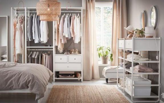 Åbent tøjskab i soveværelset