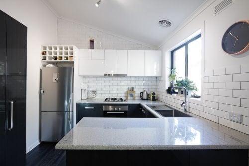 Køkken med hvide flisevægge.