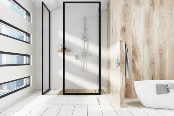 Badeværelse med imiterede træ-fliser.
