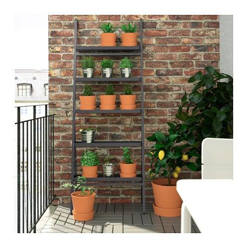 Kunstige planter på plantestige.