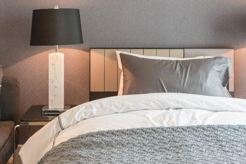 Elegant lampe på natbordet