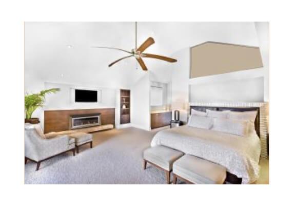 Loftventilator af træ i stort lyst soveværelse.