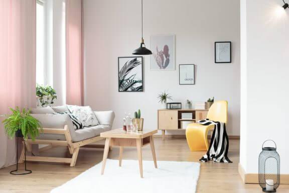 Minimalistisk stue med lyserøde gardiner.