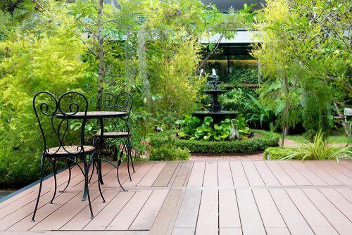 Terrasse med bord og stole.