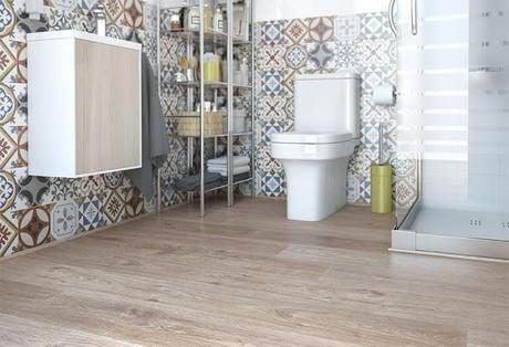 Hydrauliske fliser bag toilet.