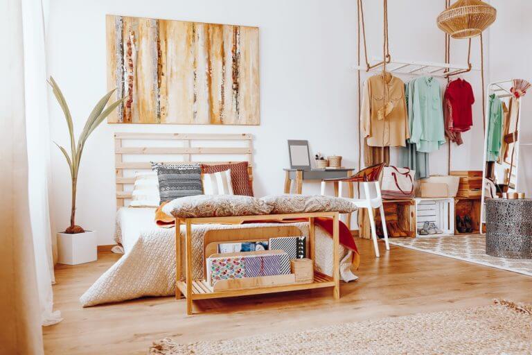 Seng på et værelse med naturlige farver