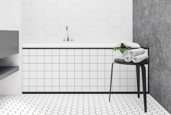 Badeværelse med hvide porcelænsfliser.