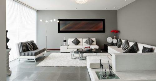 Rektangulær stue med sofaer og chaiselong