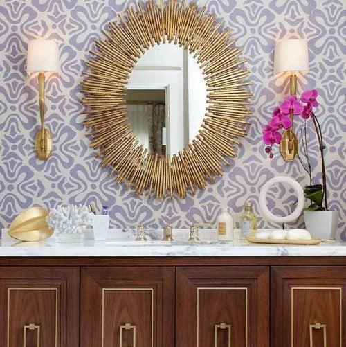Solspejle over badeværelsesvasken.