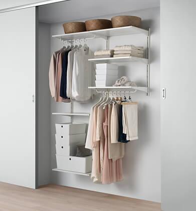 Garderobeskab med opbevaringsplads i et soveværelse