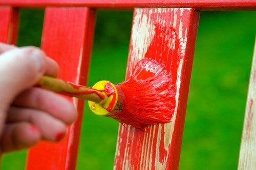 Stol bliver malet