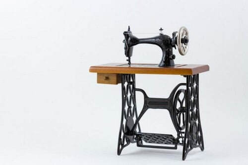 Antik symaskine med stativ i smedejern