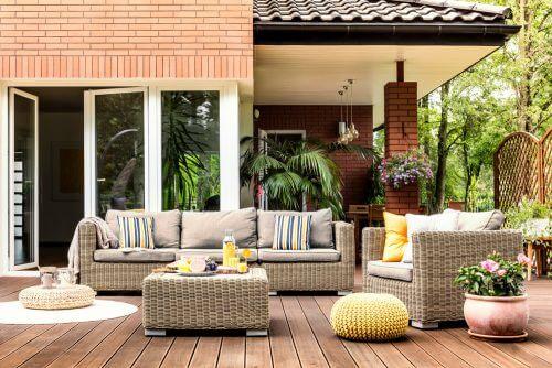 Din haveindretning: Terrasse med fletsofa-arrangement.