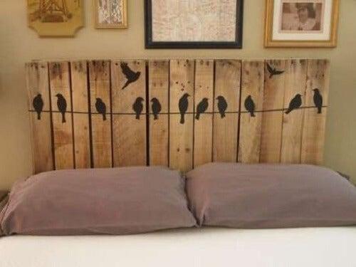 Sengegærde af træbrædder med fugle