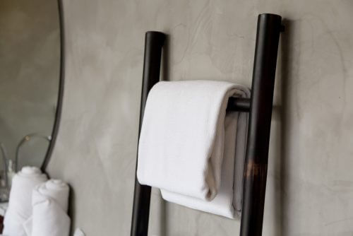 Stige med håndklæde på badeværelse