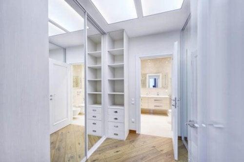 Sådan organiserer du dit walk-in closet - vores top tips