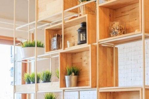 7 tips til simpel indretning ad dine hylder