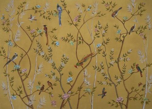 Tapet med blomstrende træer og fugle.