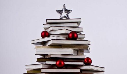 Juletræ af bøger.