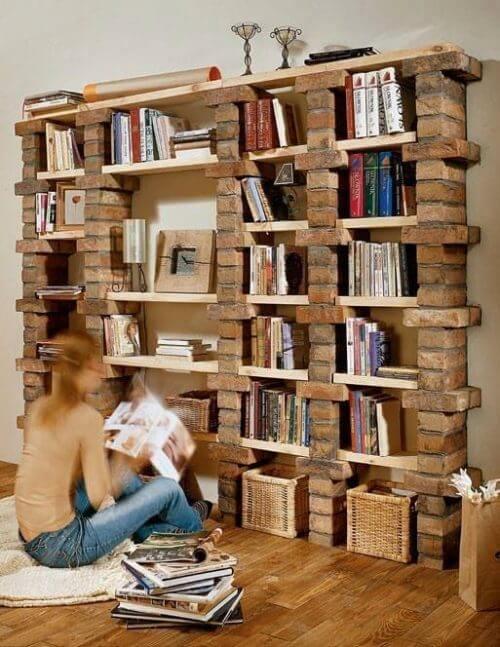 Bogreol konstrueret af mursten og træbrædder.