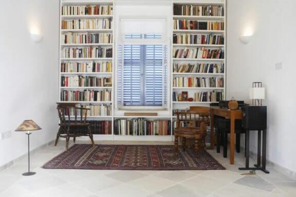 Bogreoler i hjemmebibliotek.
