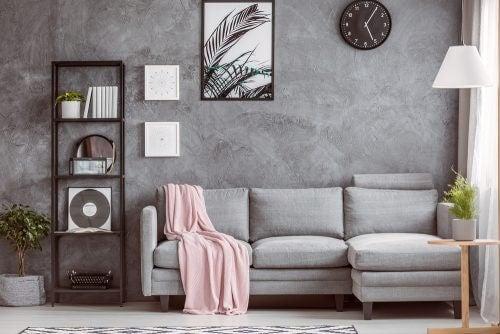 Grå L-formet sofa.