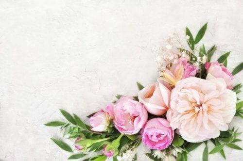 Lav blomsterdekorationer med vinglas