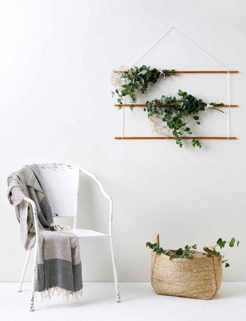 Eukalyptus i kurv og som buketter på væggen.