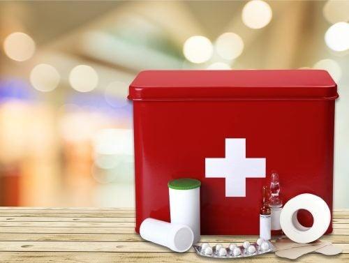 Førstehjælpskasse med nødvendigt indhold